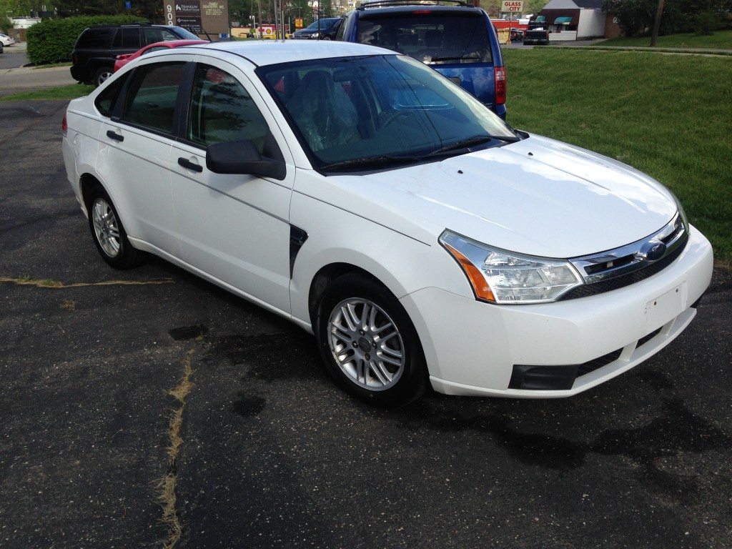 2008 ford focus SE only 103,000miles NEW TIRES!! COLD AC runs and drives GREAT!!