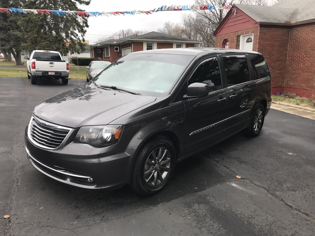 2015 chrysler town & country S only 40,000miles remote start leather navigation with back up cam two tvs with head sets and remotes runs and drives great zero accidents