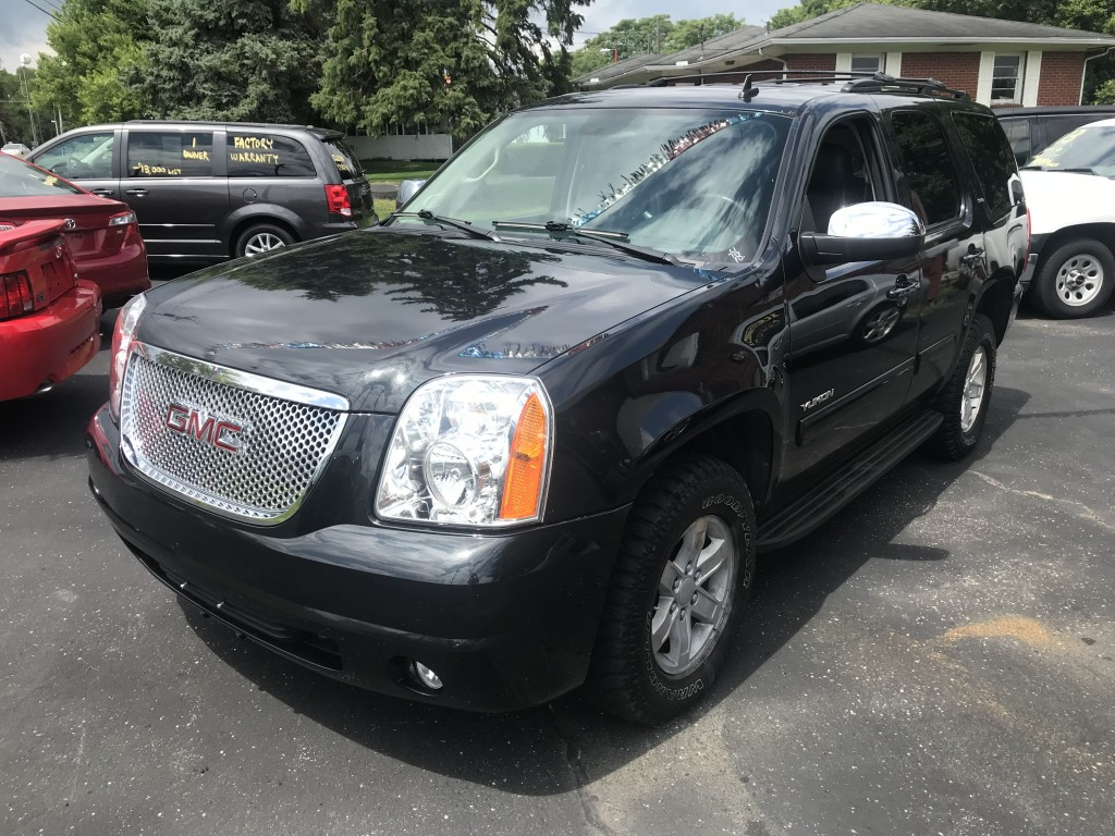 2011 GMC Yukon slt fully loaded l4x4 heated leather sun roof DVD player cordless headphone factory remote start power lift gate back up camera very clean zero accidents