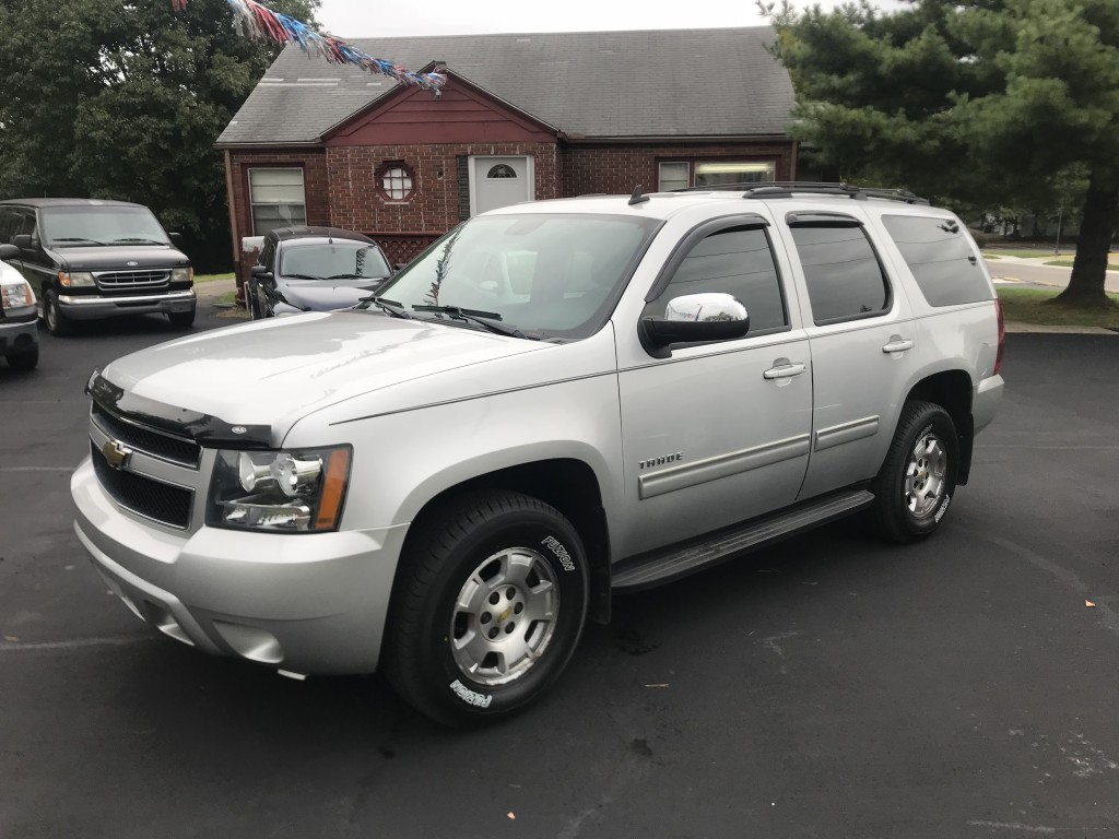 2010 Chevrolet Tahoe 5.3L v8 4x4 only 100,000miles runs and drives like a new one leather seats power seats factory REMOTE START!!!! new tires and rotors and brakes, winter ready!!